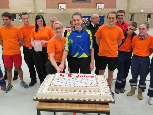 Jugendfeuerwehrchefin Daniela Hemmert und Gruppenführerin Julia Hahn schneiden die Torte an. (Foto: Feuerwehr Heiligenhaus)