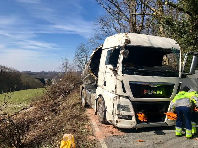 FW-GL: Hilfeleistungseinsatz nach Verkehrsunfall im Stadtteil Herkenrath von Bergisch Gladbach