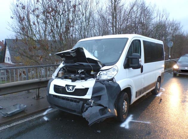 Der 23-jährige Fahrer dieses Kleintransporters war auf einen VW aufgefahren. Foto: Polizei Minden-Lübbecke