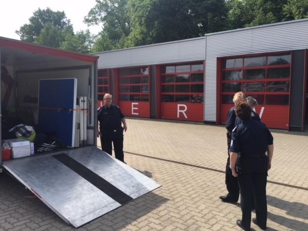 Das Organisationsteam bei der Abfahrt am Mittwoch auf dem Gelände der Feuerwehrtechnischen Zentrale in Tornesch-Ahrenlohe.