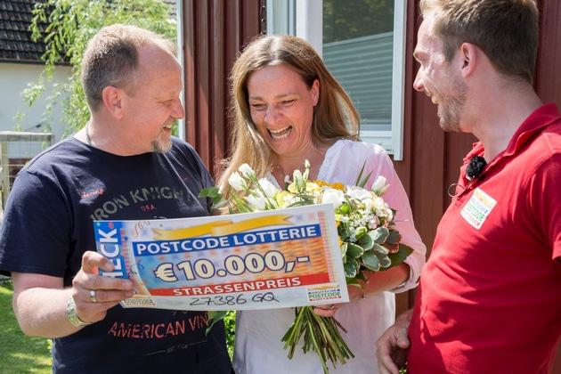 Pure Freude: Peter (links) und seine Ehefrau Tina freuen sich über die Gewinnsumme. Foto: Postcode Lotterie/Wolfgang Wedel