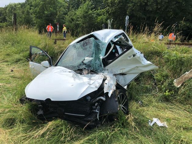Unfall am Bahnübergang Niederhadamar - völlig zerstörtes Unfallfahrzeug