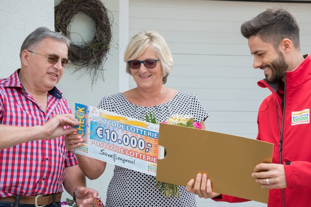 Der Moment, in dem Gerd erfährt, wie hoch die Gewinnsumme ist. Foto: Postcode Lotterie/Wolfgang Wedel