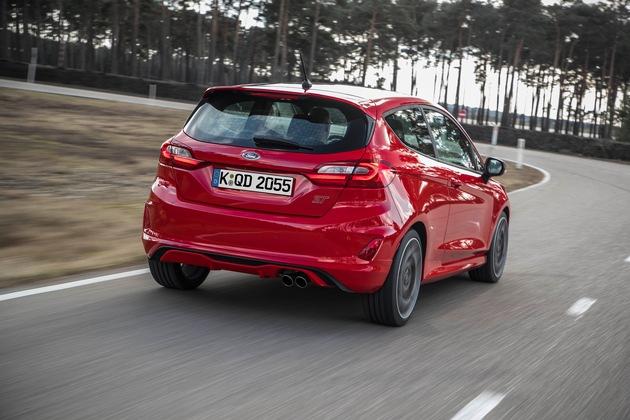 """Mit der nächsten Ford Fiesta ST-Generation erreicht der Hersteller in dieser Klasse ein neues Niveau, was Fahrspaß, direkte Rückmeldungen an den Fahrer und Dynamik in Verbindung mit uneingeschränkter Alltagstauglichkeit betrifft. Dies verdankt der """"ST"""" - er wird wie alle anderen Ford Fiesta-Versionen in Köln produziert - nicht zuletzt dem selektiven Fahrmodus-Schalter: Per Tastendruck kann der Fahrer zwischen drei Fahrdynamik-Programmen auswählen: """"Normal"""", """"Sport"""" und """"Rennstrecke"""" - entsprechend ändert sich jeweils die Abstimmung des Motors, der Lenkung und der elektronischen Stabilitätssysteme. Auch der Klang und die Lautstärke des aktiven Klappenausspuffs wird angepasst. Weiterer Text über ots und www.presseportal.de/nr/6955 / Die Verwendung dieses Bildes ist für redaktionelle Zwecke honorarfrei. Veröffentlichung bitte unter Quellenangabe: """"obs/Ford-Werke GmbH"""""""
