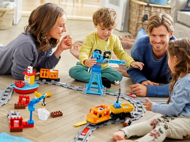"""Innovativer LEGO DUPLO Güterzug für endlosen Fahrspaß mit der ganzen Familie. Weiterer Text über ots und www.presseportal.de/nr/65052 / Die Verwendung dieses Bildes ist für redaktionelle Zwecke honorarfrei. Veröffentlichung bitte unter Quellenangabe: """"obs/LEGO GmbH/©The LEGO Group"""""""