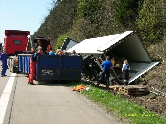 POL-HI: Sattelzug auf der BAB 7 umgekippt