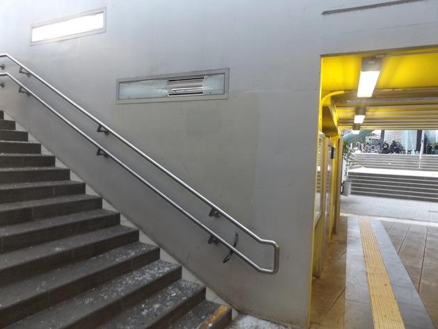 Zerschlagene Lampe am Treppenaufgang zum Bahnsteig