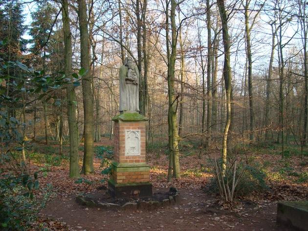 Die Statue des heiligen Josef im FriedWald Münsterland (Copyright FriedWald GmbH, Veröffentlichung kostenfrei)
