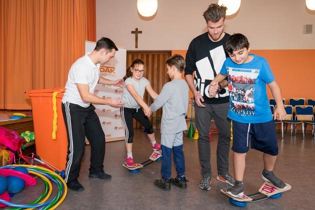 Rico Freimuth und fit4future-Coach Michael Randl bei der gemeinsamen Sportstunde mit den Schülern / Foto: Oliver Karl, www.oliverkarl.com