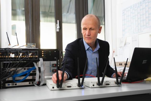 """Professor Armin Dekorsy vom Technologie-Zentrum Informatik und Informationstechnik (TZI) der Universität Bremen leitete das Projekt """"HiFlecs"""", in dessen Rahmen die Grundlagen eines Funkstandards für die Industrie gelegt wurden. Foto: Andreas Caspari"""