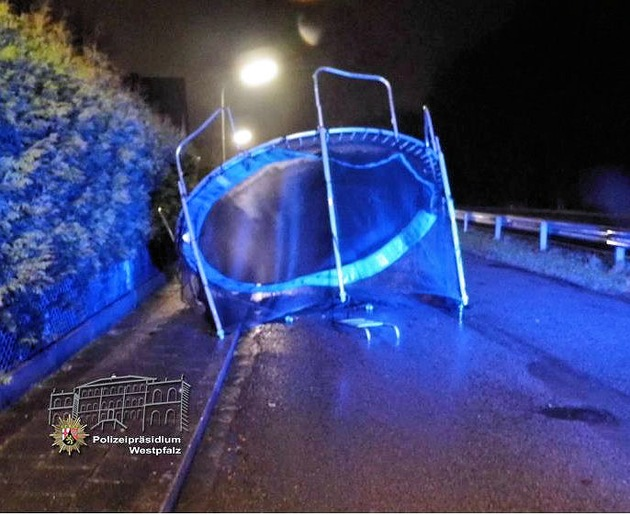 """In Landstuhl-Atzel wurde dieses Trampolin auf die Straße geweht. Der Sturm hatte es über eine zwei Meter hohe Hecke """"gehoben""""."""