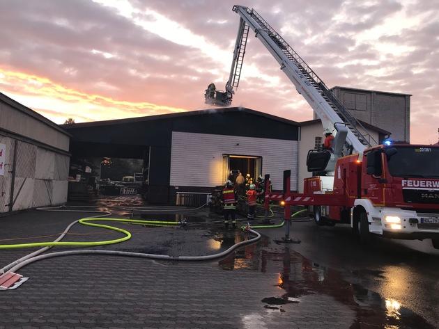 Lagerhallenbrand auf dem Gelände einer Holzverarbeitung