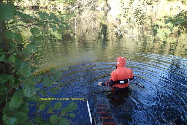 FW-PL: Feuerwehr Plettenberg - Wasservogel wurde aus Zwangslage befreit