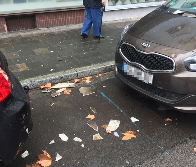 In Kaiserslautern wehte der Sturm Dachziegel herunter - sie beschädigten geparkte Autos.