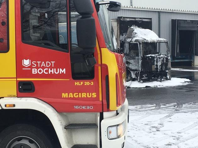 Bild: Feuerwehr Bochum Das Foto zeigt den ausgebrannten LKW nach Abschluss der Löschmaßnahmen.