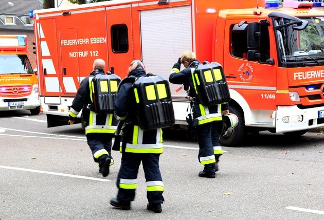 Atemschutztrupp mit Langzeitgeräten auf dem Rückweg. In besonderen Lagen bestehen Trupps aus drei Einsatzkräften. Foto: Mike Filzen