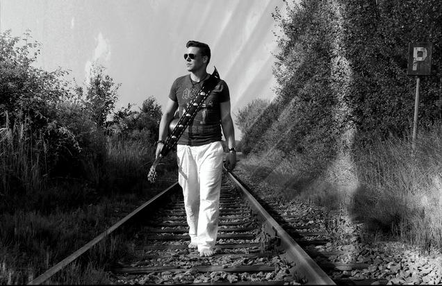 """Wo sind die Zeiten geblieben? Singer-Songwriter Dominik Beseler sehnt sich mit seinem neuen Titel """"Sommer mit dir"""" nach alten Zeiten."""