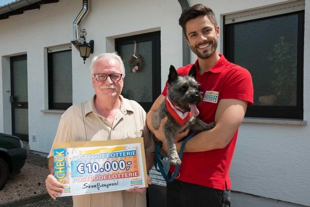 Straßenpreis-Gewinner Paul zusammen mit Hund Max und Postcode-Moderator Giuliano Lenz. Foto: Postcode Lotterie/Wolfgang Wedel