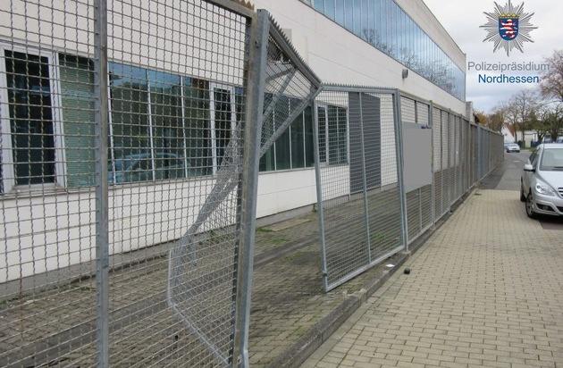 POL-KS: Metallzaun angefahren und geflüchtet; 7.000 Euro Schaden: Zeugen gesucht