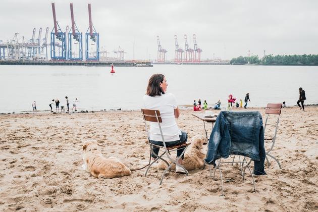 """Hamburgs STADT.KÜSTE im Hochsommer: In Norddeutschland erlebt man gerade einen Jahrhundertsommer. Dabei hat Hamburg einen ganz anderen Ruf: """"Die eine Hälfte des Jahres regnet es hier, die andere ist das Wetter schlecht"""". Deshalb tummeln sich die Hamburger und ihre Gäste zurzeit an ihrer STADT.KUESTE und genießen das ungewöhnliche Wetter bei einer frischen Brise an der Elbe. Mehr Impressionen unter www.hamburg-tourismus.de/stadtkueste. Weiterer Text über ots und www.presseportal.de/nr/75051 / Die Verwendung dieses Bildes ist für redaktionelle Zwecke honorarfrei. Veröffentlichung bitte unter Quellenangabe: """"obs/Hamburg Marketing GmbH/HMG/Jan Traupe"""""""