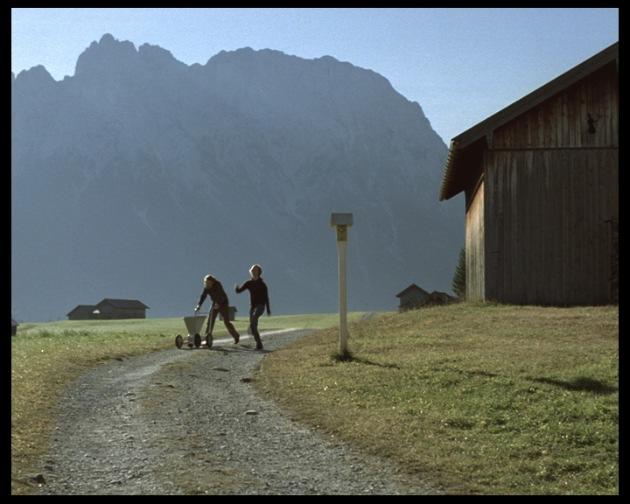 """Nach einem steinigen Aufstieg mit dem Kreidewagen freuen sich zwei gut gelaunte Fußballfans in der Nähe von Garmisch-Partenkirchen auf den Abstieg. Die Verwendung dieses Bildes ist für redaktionelle Zwecke honorarfrei. Abdruck bitte unter Quellenangabe: """"obs/Coca-Cola GmbH"""""""