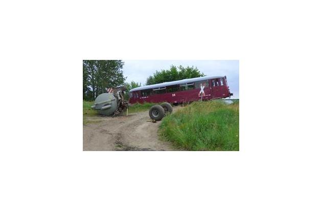 POL-LWL: Traktor prallt mit Triebwagen zusammen - alle Beteiligten unverletzt