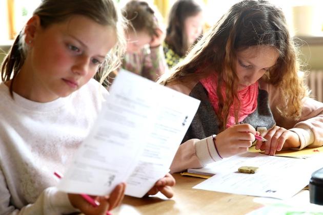 Fünftklässlerinnen einer Waldorfschule schreiben einen Test ? Ergebnisse davon fließen u.a. am Schuljahresende in das Textzeugnis ein (Foto: Charlotte Fischer/Bund der Freien Waldorfschulen)