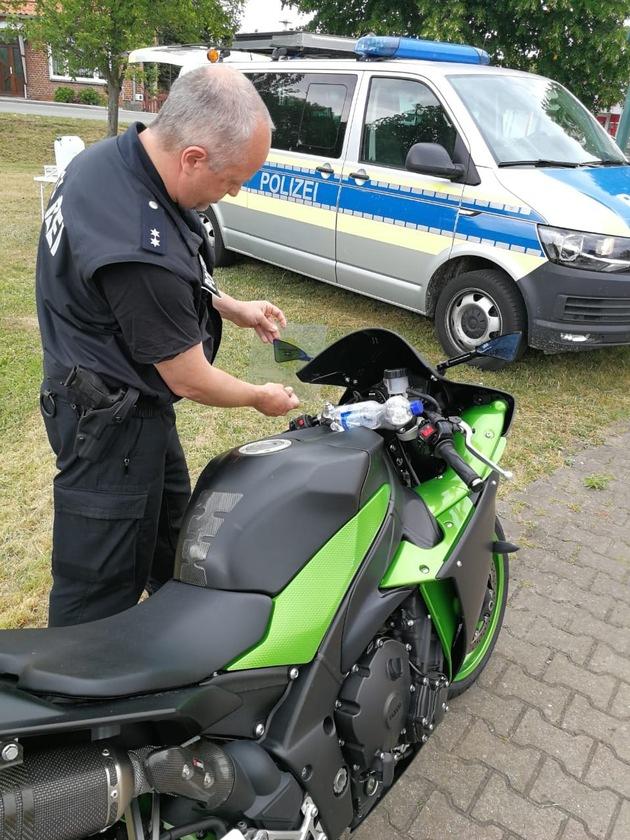 """++ """"Polizei hat Motorradfahrer im Visier"""" ++ Geschwindigkeits- und Technikkontrollen auf der B 195 im Amt Neuhaus ++ Kraftradkontrolltrupp der Polizeidirektion im Einsatz ++ 67 Motorräder überprüft - drei Kräder stillgelegt ++"""