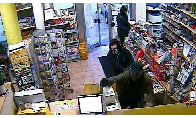 Wer erkennt die Täter? Hinweise an das Kommissariat 12 in Neuss unter Telefon 02131 3000.