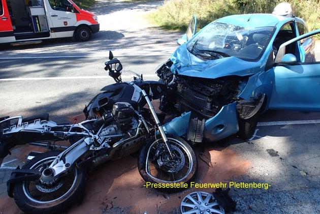 FW-PL: Frontalzusammenstoss PKW und Motorrad. Kradfahrer schwer, PKW-Insassen leicht verletzt, Hund entlaufen