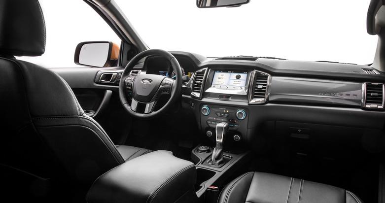 """Comeback in den USA: Der neue Ford Ranger belebt den US-amerikanischen Markt für mittelgroße Pick-up / Im Interieur vereint der neue US-Ranger ein hohes Maß an Komfort und Funktionalität mit einem großzügigen Raumangebot für bis zu fünf Personen und ihr Gepäck. Über den acht Zoll großen Touchscreen in der Mittelkonsole kann das optional erhältliche, sprachgesteuerte Kommunikations- und Entertainmentsystem Ford SYNC 3 bedient werden. Der duale LCD-Monitor im Instrumententräger zeigt aktuelle Informationen des Fahrzeugs, des Navigationssystems und der Audioanlage an. Weiterer Text über ots und www.presseportal.de/nr/6955 / Die Verwendung dieses Bildes ist für redaktionelle Zwecke honorarfrei. Veröffentlichung bitte unter Quellenangabe: """"obs/Ford-Werke GmbH"""""""