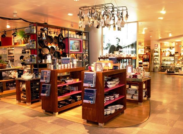 """Weltpremiere bei Karstadt: Eröffnung von Jamie's Kitchen Shop - dem ersten Shop des britischen Kultkochs Jamie Oliver am 12.02.2005 in Frankfurt am Main. Die Verwendung dieses Bildes ist für redaktionelle Zwecke honorarfrei. Abdruck bitte unter Quellenangabe: """"obs/Karstadt Warenhaus AG"""""""