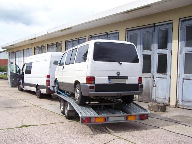 Kontrollierter Kleinbus mit Anhänger und aufgeladenem Kleintransporter