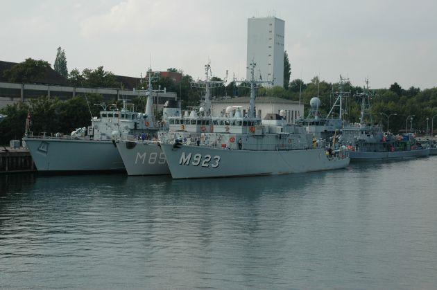 """Archivbild: Minenjagdboote der """"Standing NATO Mine Countermeasure Group 1"""" bei einem früheren Besuch im Ausbildungszentrum Schiffssicherung (heute: Einsatzausbildungszentrum Schadensabwehr Marine, EAZS). Foto: Deutsche Marine."""