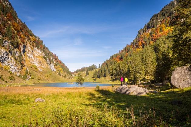 Der Talalpsee liegt am Geophänomene-Weg Kerenzerberg – die Landschaft ist Sujet Nummer 1 für Herbstbilder aus dem Glarnerland. Bild: UNESCO-Welterbe Tektonikarena Sardona