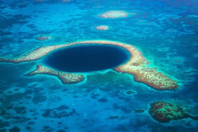 Das Great Blue Hole vor Belize besticht mit seinem tiefen Blau und einer artenreichen Unterwasserwelt.