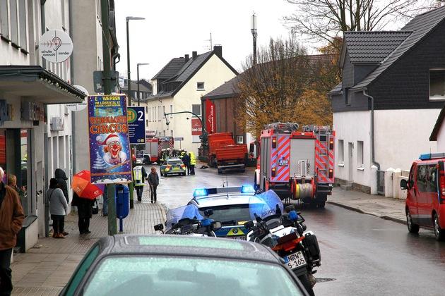 FW-E: LKW gegen Ampelmast und Fassade gerollt, erste Meldung: Fahrer eingeklemmt