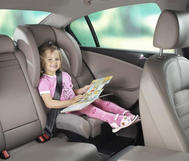 """Der integrierte Kindersitz braucht nur aus der Sitzfläche herausgeklappt zu werden. Die Verwendung dieses Bildes ist für redaktionelle Zwecke honorarfrei. Abdruck bitte unter Quellenangabe: """"obs/Grammer AG"""""""