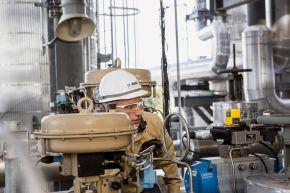 """Methylamin-Produktion, Verbundstandort Geismar, Nordamerika. Techniker Scott Vicknair prüft den Druck in der Methylamin-Anlage. Die Anlage ist die jüngste am BASF Verbundstandort Geismar, Louisiana, und nahm 2012 die Produktion auf. Methylamin wird für die Produktion von Pflanzenschutzmitteln, Kosmetika, Reinigungsmitteln, Pharmazeutika, Textilfasern, Lösungsmitteln und Futtermittelzusatzstoffen verwendet. +++ Methylamines Production, Geismar Verbund Site, North America. Operator Scott Vicknair checks pressure measurements in the methylamine unit. As the newest unit at the BASF Geismar Verbund site in Louisiana, methylamines started production in 2012. Methylamine is used in the production of agrochemicals, personal care products, detergents, pharmaceuticals, textiles, solvents and animal feed additives. +++ Weiterer Text über OTS und www.presseportal.de/pm/16344 / Die Verwendung dieses Bildes ist für redaktionelle Zwecke honorarfrei. Veröffentlichung bitte unter Quellenangabe: """"obs/BASF SE/Detlef W. Schmalow"""""""