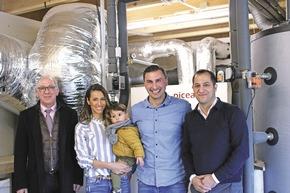 Familie Karadeniz freut sich gemeinsam mit Andreas Bayer, Geschäftsführer von WeberHaus, und Zeyad Abul-Ella, Geschäftsführer von HPS, über ihr Energie-System Picea.