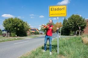 Besuch im hohen Norden: Straßenpreis-Moderator Felix Uhlig in Elsdorf. Foto: Postcode Lotterie/Wolfgang Wedel