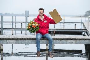 """Vorfreude ist die schönste Freude: Postcode-Moderator Giuliano Lenz kurz vor der Gewinnerüberraschung. Foto: """"Postcode Lotterie/Marco Urban"""""""