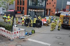 FW Ratingen: 2 Personen aus verunfallten PKW gerettet, und ein Folgeeinsatz