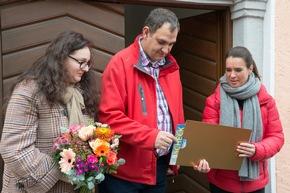Die Spannung ist groß: Katarina Witt mit dem Gewinner-Paar Ciprian und Ana-Maria im Moment der Scheckübergabe. Fotocredit: ?Postcode Lotterie/Wolfgang Wedel?