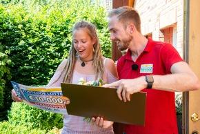 Ronja erfährt von Straßenpreis-Moderator Felix, wie hoch ihr Gewinn ist. Foto: Postcode Lotterie/Wolfgang Wedel