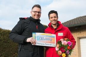 Postcode-Moderator Giuliano Lenz strahlt mit Postleitzahl-Gewinner Daniel (links) um die Wette. Foto: Postcode Lotterie/Wolfgang Wedel