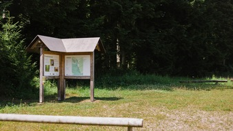 Eine Informationstafel gibt den Besuchern im FriedWald Schenkenzell einen Überblick über das Areal.