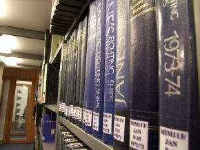 Die thematische Sortierung der Bücher in der neuen Bibliothek der Marineschule Mürwik erleichtert die Recherche. Foto: Alexander Gatzsche, Deutsche Marine
