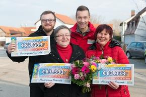 Kai Pflaume überrascht die Postcode-Monatsgewinner in Barbing: Lienhard (l.), Barbara (2.v.l.) und Monika (r.) freuen sich über jeweils 83.333 Euro. Foto: Postcode Lotterie/Wolfgang Wedel