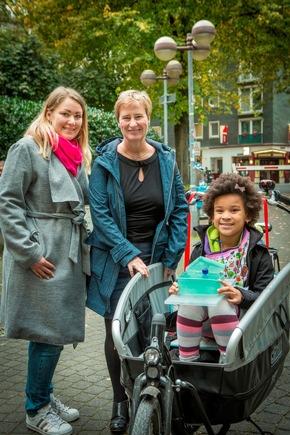 Bettina Jorzik (Mitte) übergibt die Hochschulperle stellvertretend an Sabrina Knipp und ihre Tochter Jada, die seit Studienbeginn bei allen Lernwochenenden dabei waren. (Foto: Heike Fischer/TH Köln)